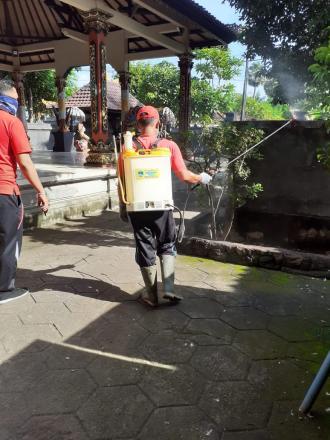 Penyemprotan disinfektan di Desa Sanggalangit